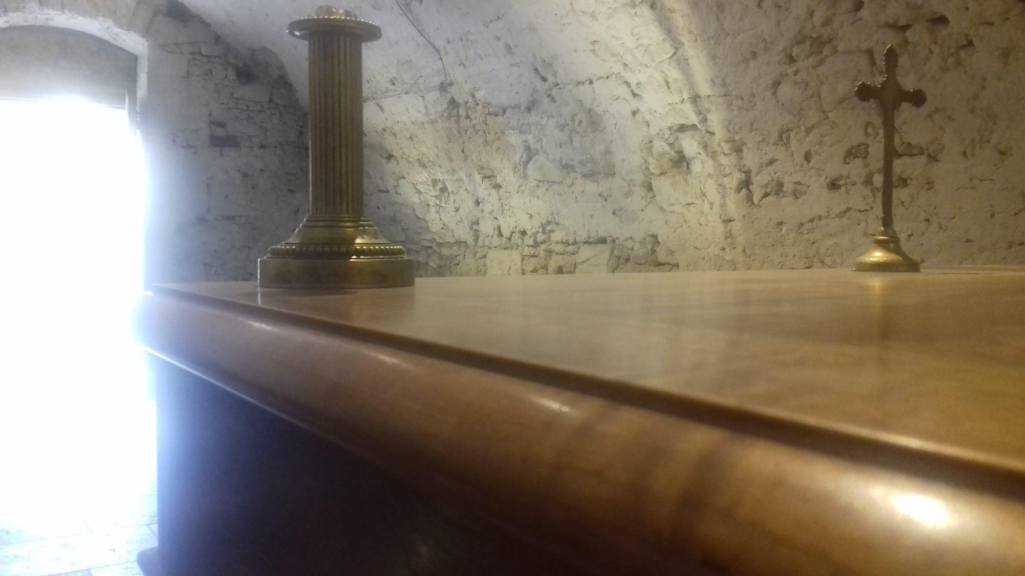 detail-ebenisterie-autel-noyer-dans-chapelle-drome-26000