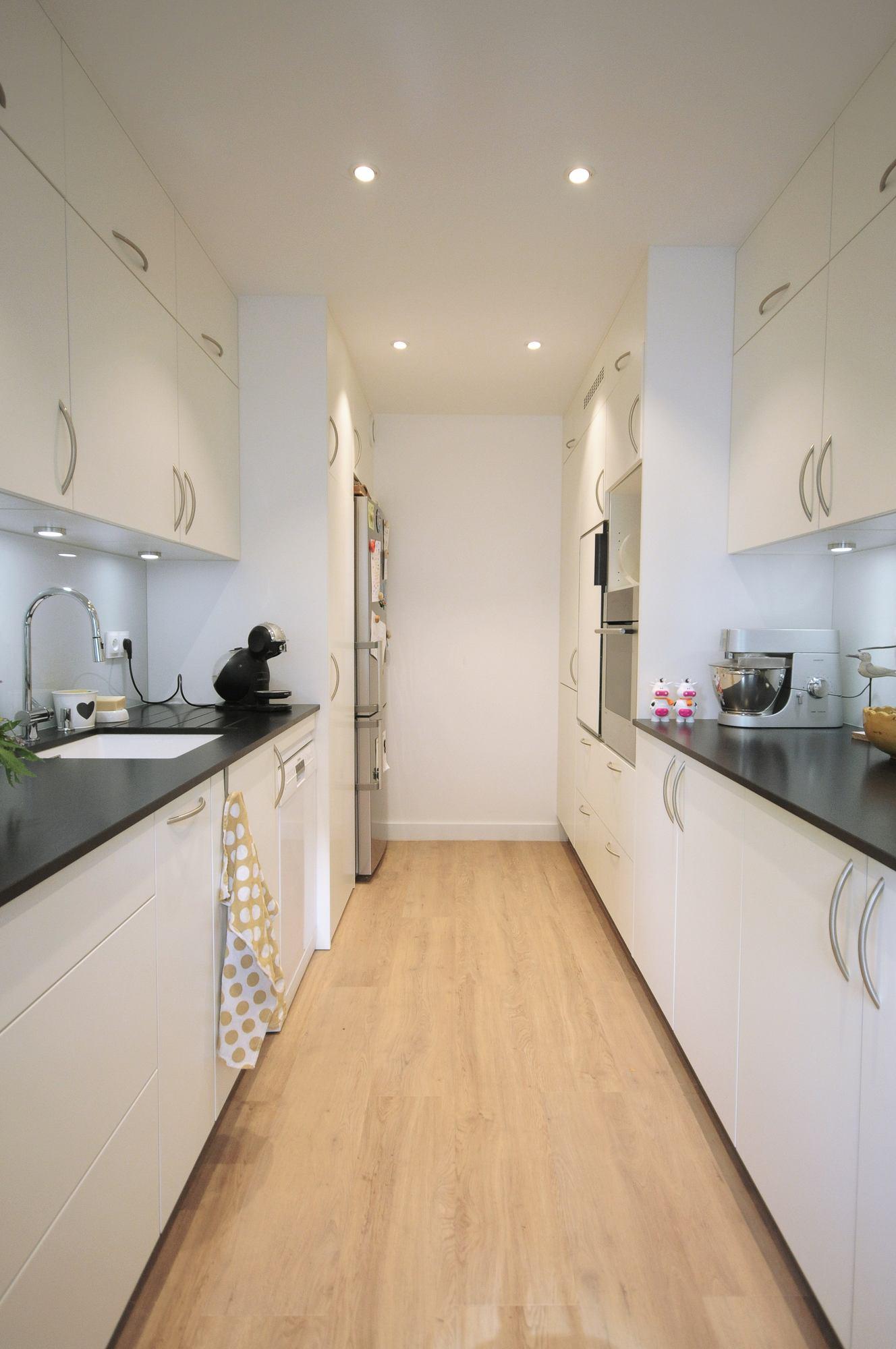 Meubles de cuisine blanche avec plan de travail noir Lyon 69003