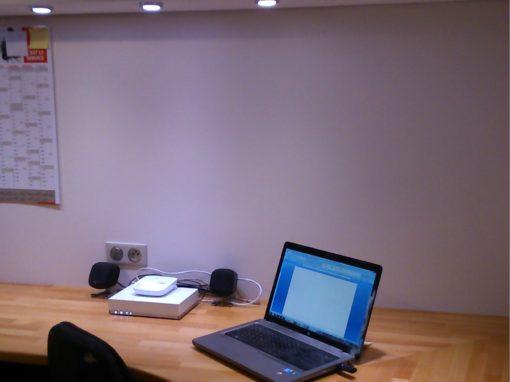 Bureau de travail en hêtre lamellé collé.